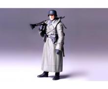 1:16 WWII Figur Dt.Soldat m.Mantel u.MG